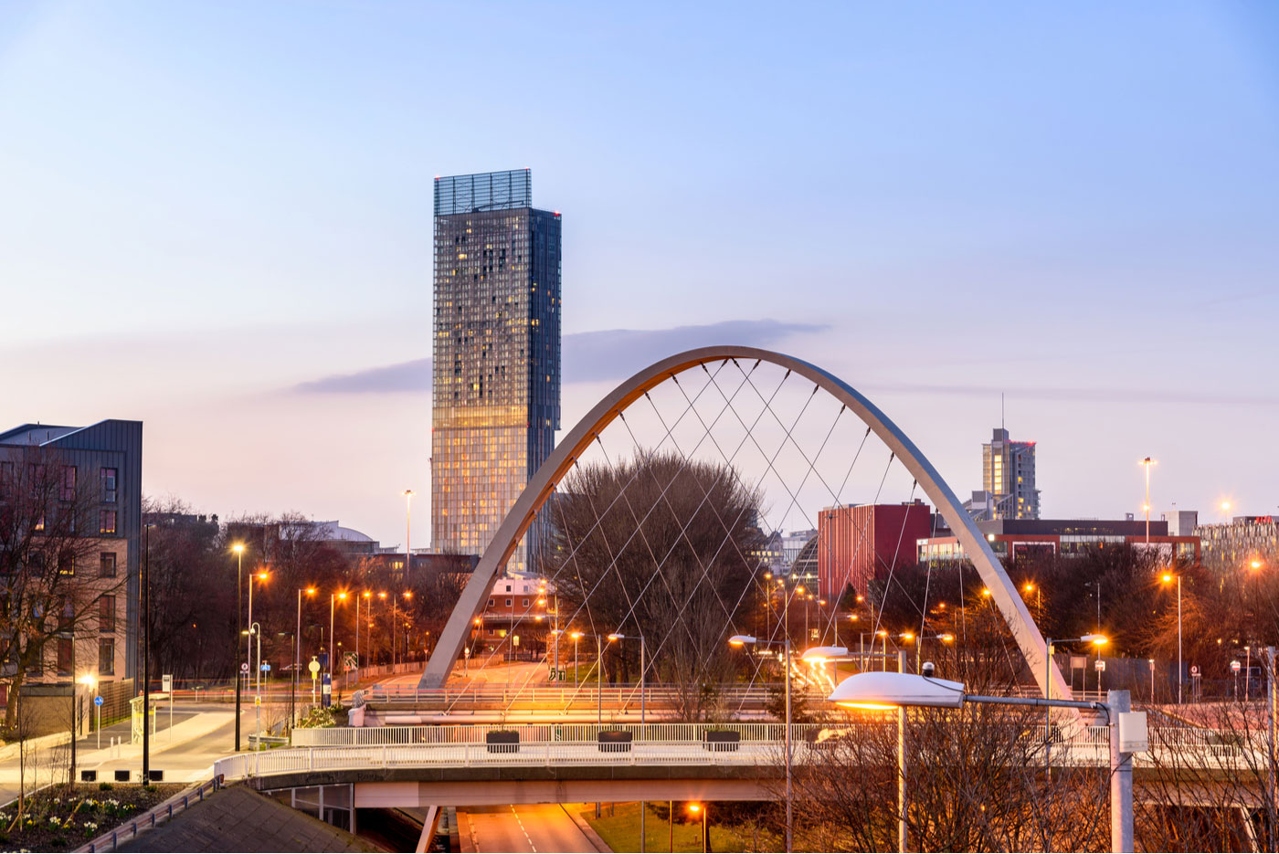 Die Hulme Arch Bridge in Manchester mit Skyline
